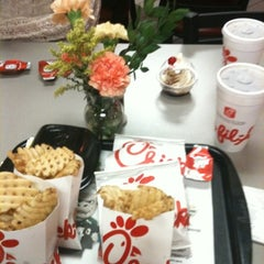 Photo taken at Chick-fil-A by Hortensia on 8/2/2012