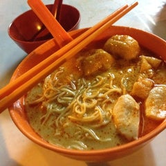 Photo taken at Jalan Ipoh Curry Mee by Esther T. on 8/25/2012