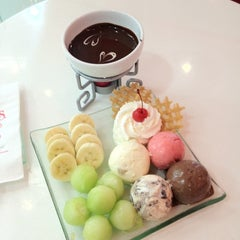 Photo taken at Swensen's (สเวนเซ่นส์) by Yukhonthon A. on 3/1/2012