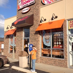 Photo taken at Dunkin Donuts by Danielle E. on 6/1/2012
