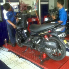 Photo taken at Suzuki Ciledug by Teguh R. on 2/25/2012