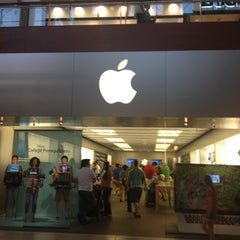 Photo taken at Apple Store, Arrowhead by Yxes 💋🍂🍁 ☕. on 8/12/2012