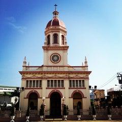 Photo taken at Santa Cruz Church (วัดซางตาครู้ส) by Aikapat S. on 4/14/2012