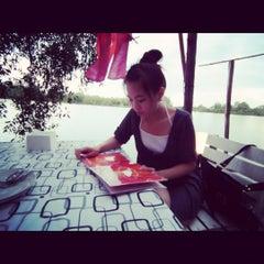 Photo taken at เรือนลำพู นั่งจ้อ by Candy P. on 5/19/2012