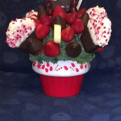 Photo taken at Edible Arrangements by Natasha E. on 7/25/2012