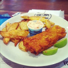 Photo taken at Victor Fish 'n' Chips by Lucas S. on 9/2/2012