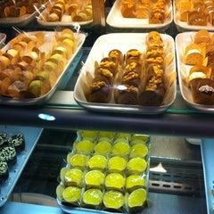 Photo taken at Além do Pão Delicatessen by Jupira S. on 5/21/2012