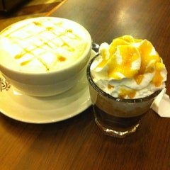 Photo taken at The Coffee Bean & Tea Leaf by Juvine O. on 8/1/2012