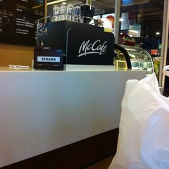 Photo taken at McDonald's / McCafé by Dini R. on 4/9/2012