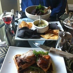 Photo taken at Scholars Inn Gourmet Cafe And Wine Bar by Jingya Y. on 4/29/2012
