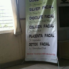 Photo taken at Vidiz Baniar Beauty Clinic by Laila N. Lubis on 2/9/2012