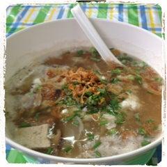 Photo taken at แดง ก๋วยจั๊บญวน (ร้านใหม่) Khun Daeng - Vietnamese Noodle by Giffy on 6/13/2012