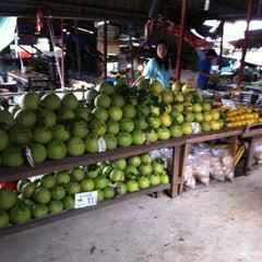 Photo taken at ตลาดน้ำวัดลำพญา (Wat Lam Phaya Floating Market) by Amnad S. on 8/12/2012