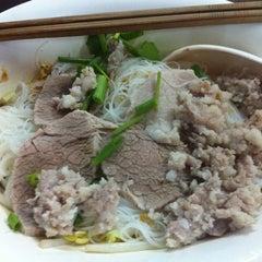 Photo taken at แซว ก๋วยเตี๋ยวหมู (Saew Noodle Shop) by Kook Kai C. on 6/16/2012
