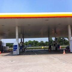 Photo taken at SPBU Shell by Dhana Putra 龐. on 7/25/2012