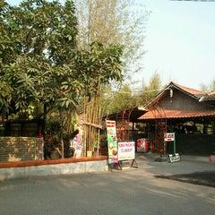 Photo taken at Rumah Makan Prima spesial kepiting Comal by Dhandy B. on 8/18/2012