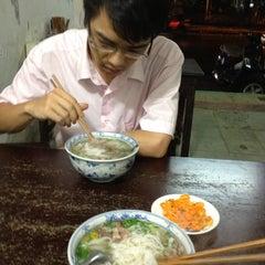 Photo taken at Phở Đuôi Bò by Đức Đ. on 5/25/2012
