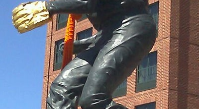Photo of Outdoor Sculpture Brooks Robinson statue by Joseph Sheppard at Washington Blvd & Russel St, Baltimore, MD 21230, United States