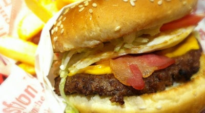 Photo of Burger Joint Red Robin Gourmet Burgers at 6600 Topanga Canyon Blvd, Canoga Park, CA 91303, United States