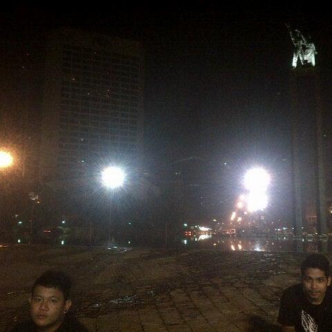 Photo taken at Bundaran Hotel Indonesia (Monumen Selamat Datang) by Mike H. on 9/8/2012