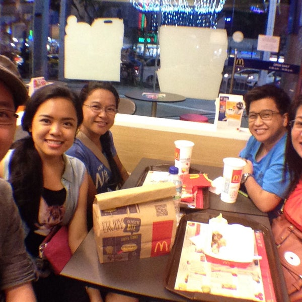 Photo taken at McDonald's (แมคโดนัลด์) by Larica B. on 12/26/2014