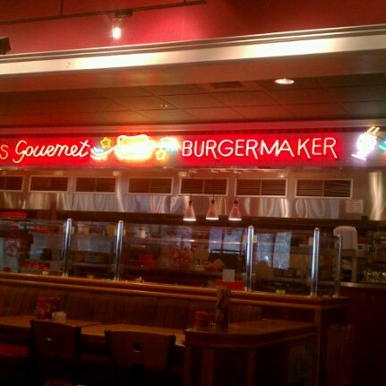 Photo taken at Red Robin Gourmet Burgers by Leah R. on 9/28/2012