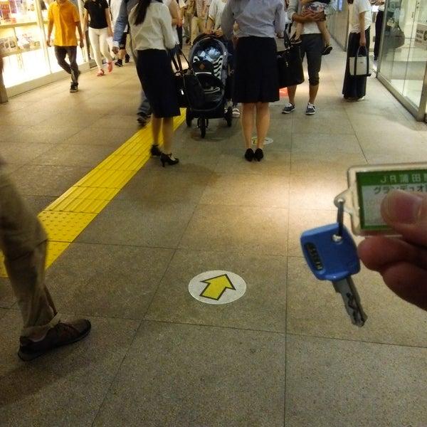 JRと京急の間にコインロッカーあり.100円硬貨のみ利用可能