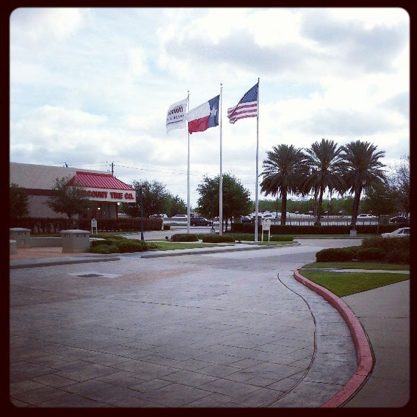 Photo taken at Houston Marriott South at Hobby Airport by Sean D. on 4/6/2013