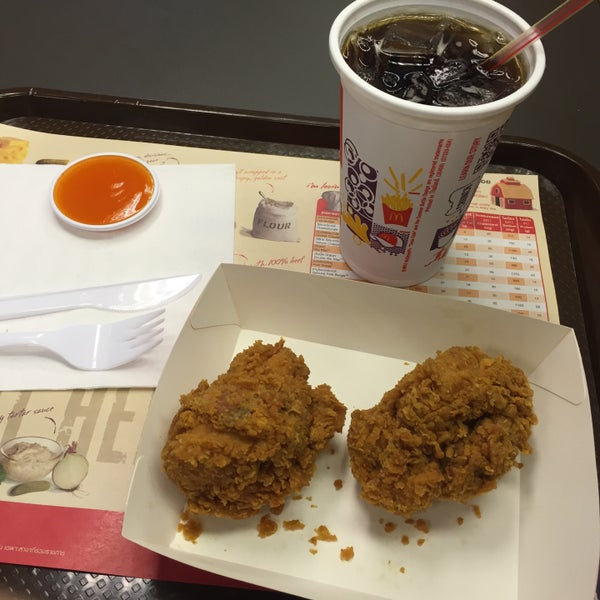 Photo taken at McDonald's (แมคโดนัลด์) by Mac K. on 1/9/2015