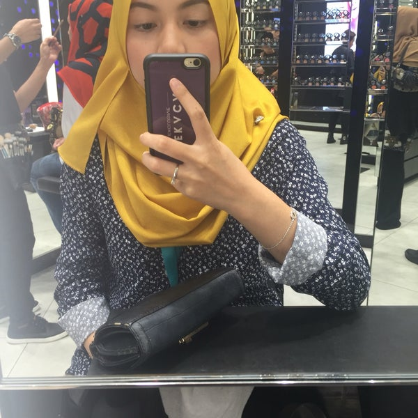 Photo taken at MAC Cosmetics by Fatin Salihah on 8/3/2016