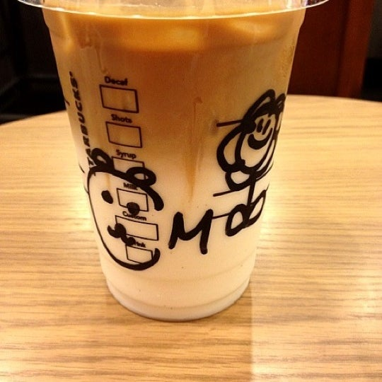 Photo taken at Starbucks Coffee 神楽坂下店 by Rumi K. on 10/21/2012