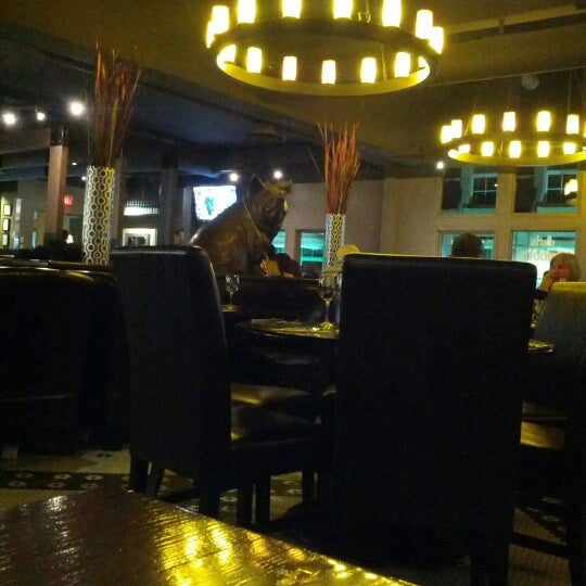 Photo taken at Earls Restaurant by Bruno S. on 10/7/2012