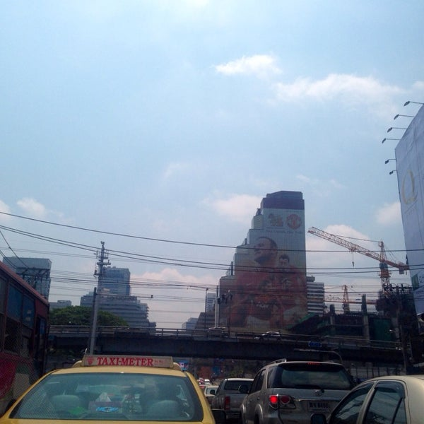 Photo taken at แยกอโศก-เพชรบุรี (Asok-Phetchaburi Intersection) by 「S💋LLY」 on 3/4/2014