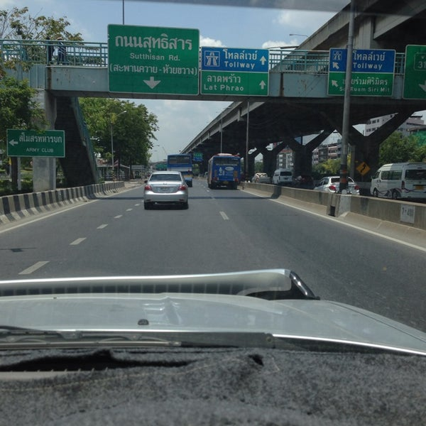 Photo taken at แยกสุทธิสาร (Sutthisan Intersection) by 🏁Lâdy Räcing®🏁 on 4/27/2014