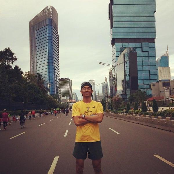 Photo taken at Bundaran Hotel Indonesia (Monumen Selamat Datang) by Adhiguna E. on 10/9/2016