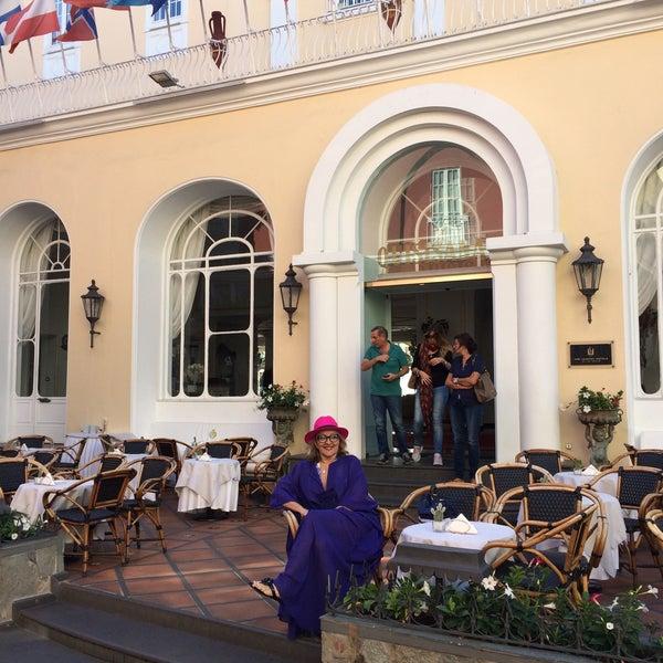 Ótimo hotel em Capri, com excelente localização. Para quem não se hospedar lá, vá pelo menos tomar um drink no bar do hotel e viçar vendo o movimento da cidade em sua varanda.