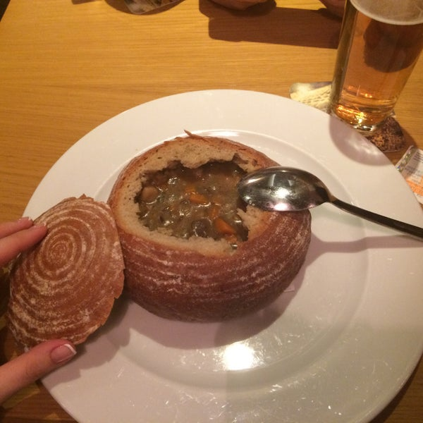 Вкусная рулька, гуляш с кнедликами и суп в хлебе. Пиво вкусное очень. Тёмный козел очень!