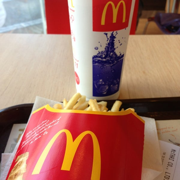 Photo taken at McDonald's (แมคโดนัลด์) by Panupong M. on 12/25/2012