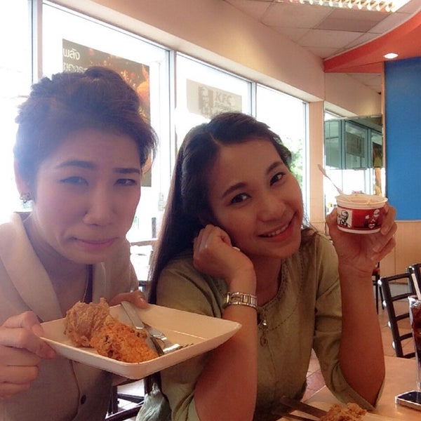 Photo taken at KFC (เคเอฟซี) by Siriwimon C. on 6/13/2014