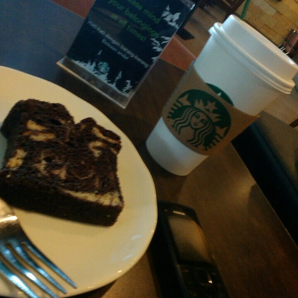 Photo taken at Starbucks by Leo A. on 10/29/2015