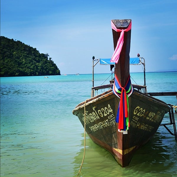 Photo taken at เกาะพีพีดอน (Koh Phi Phi Don) by 8le S. on 12/4/2012