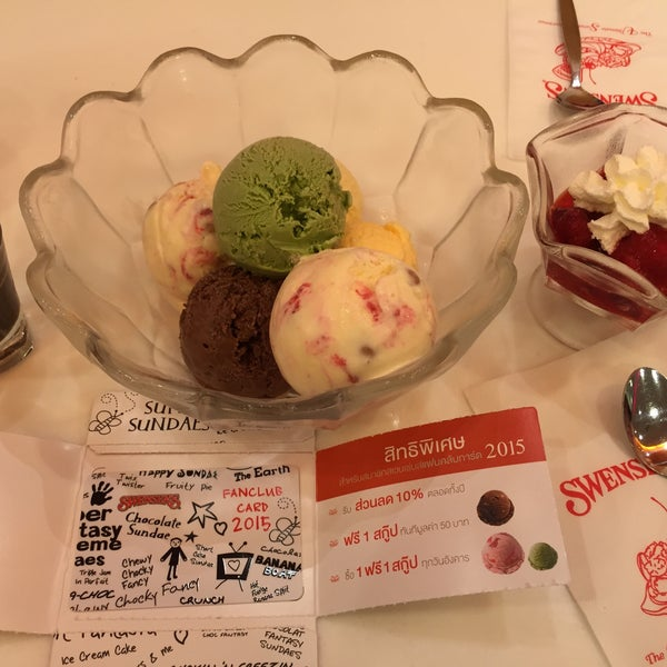 Photo taken at Swensen's (สเวนเซ่นส์) by Snapterz P. on 1/10/2015