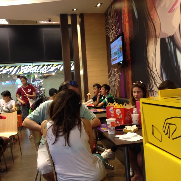 Photo taken at McDonald's (แมคโดนัลด์) by Angel S. on 4/14/2015