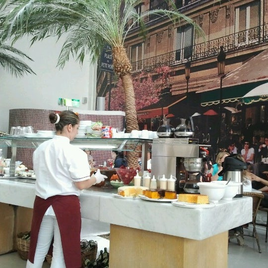 Photo taken at Paris Confeitaria e Café by Viviane M. on 12/23/2012