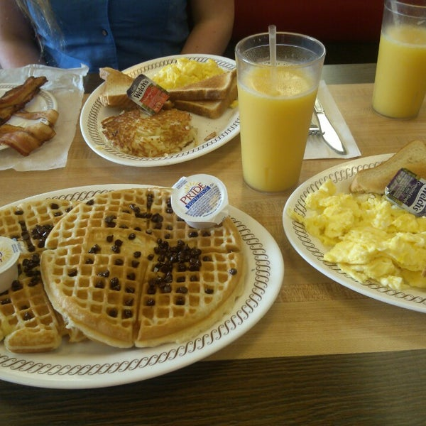 Photo taken at Waffle House by Frank C. on 10/14/2014