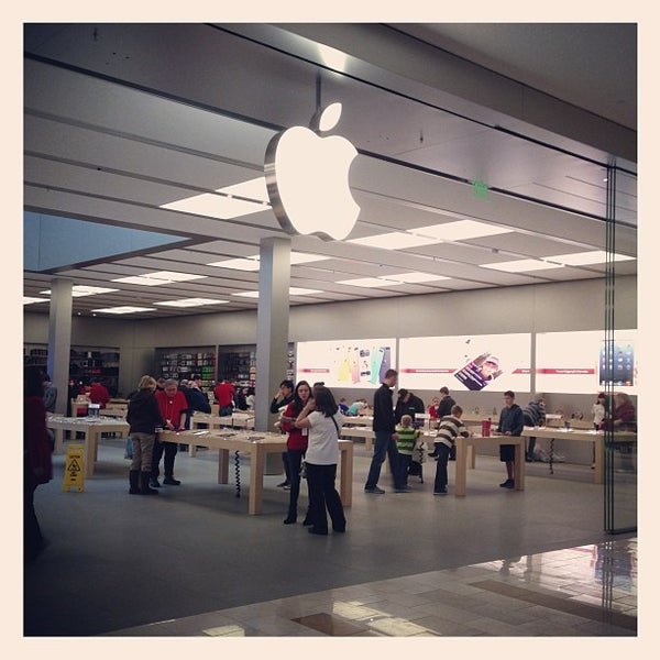 Photo taken at Apple Bellevue Square by Naoki T. on 12/20/2012