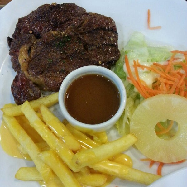Photo taken at Santa Fé Steak (ซานตา เฟ่ สเต็ก) by Toon I. on 7/31/2014