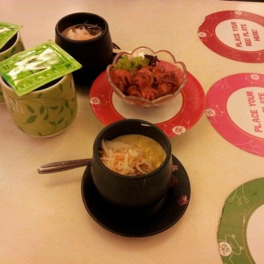 Photo taken at Sakae Sushi by Felicia S. on 2/12/2013