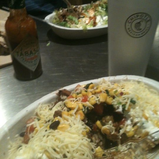 Photo taken at Chipotle Mexican Grill by Farve C. on 11/20/2012