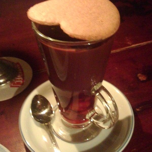 Pyszna gorąca czekolada z wiśniami